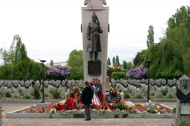 Кладбище красноармейцев, погибших весной 1945 года, на Ольшанах в Праге