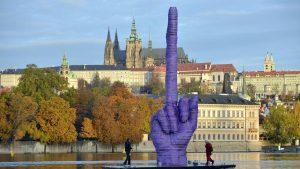 На Влтаве появилась статуя поднятого среднего пальца